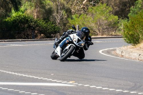 Motorradfahrer_Kurve_shutterstock_296371520.jpg