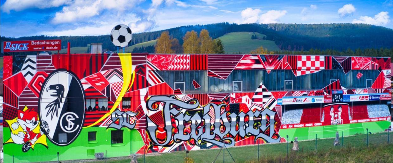 Titisee-Neustadt: SC Freiburg Fans kleiden Lagerhalle ein - Regenbogen
