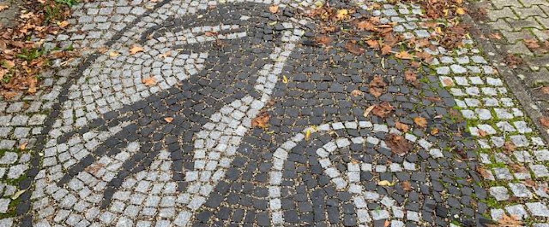 Kirchzarten: SC Freiburg Fans pflastern Parkplatz mit Wappen - Regenbogen