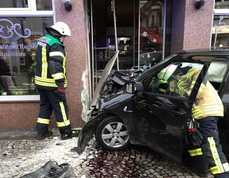Frau fährt mit Auto in Bäckerei in Waldkirch | Radio Regenbogen
